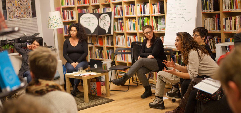 Bild von diskutierenden Personen in der Bibliothek des Arbeitskreises Emanzipation und Partnerschaft.